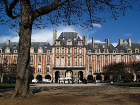 La place des Vosges, dans le IVe arrondissement de Paris.