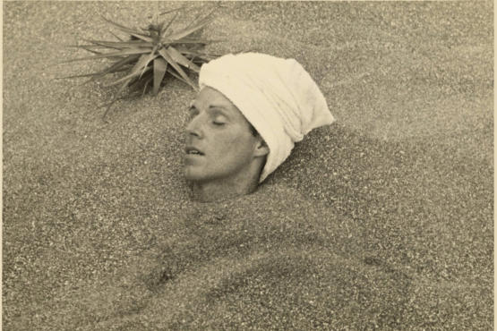 César Moro buried up to his head in sand, [ca.1935]