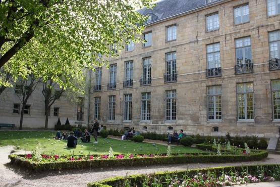 Jardin de l 39 h tel lamoignon 24 rue pav e 4e for Jardins hotel paris